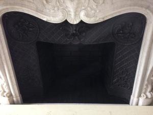 Foyer en briquettes noircies