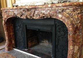 Pose d'une cheminée Louis XV en marbre Brèche d'Alep