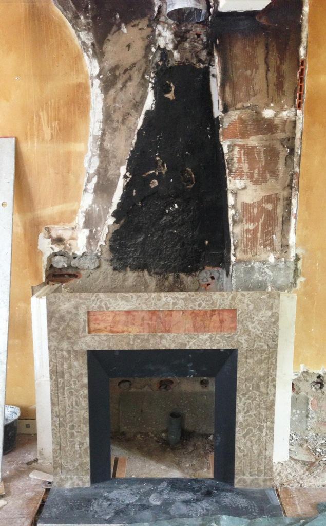 La pose de la cheminée est presque terminée.