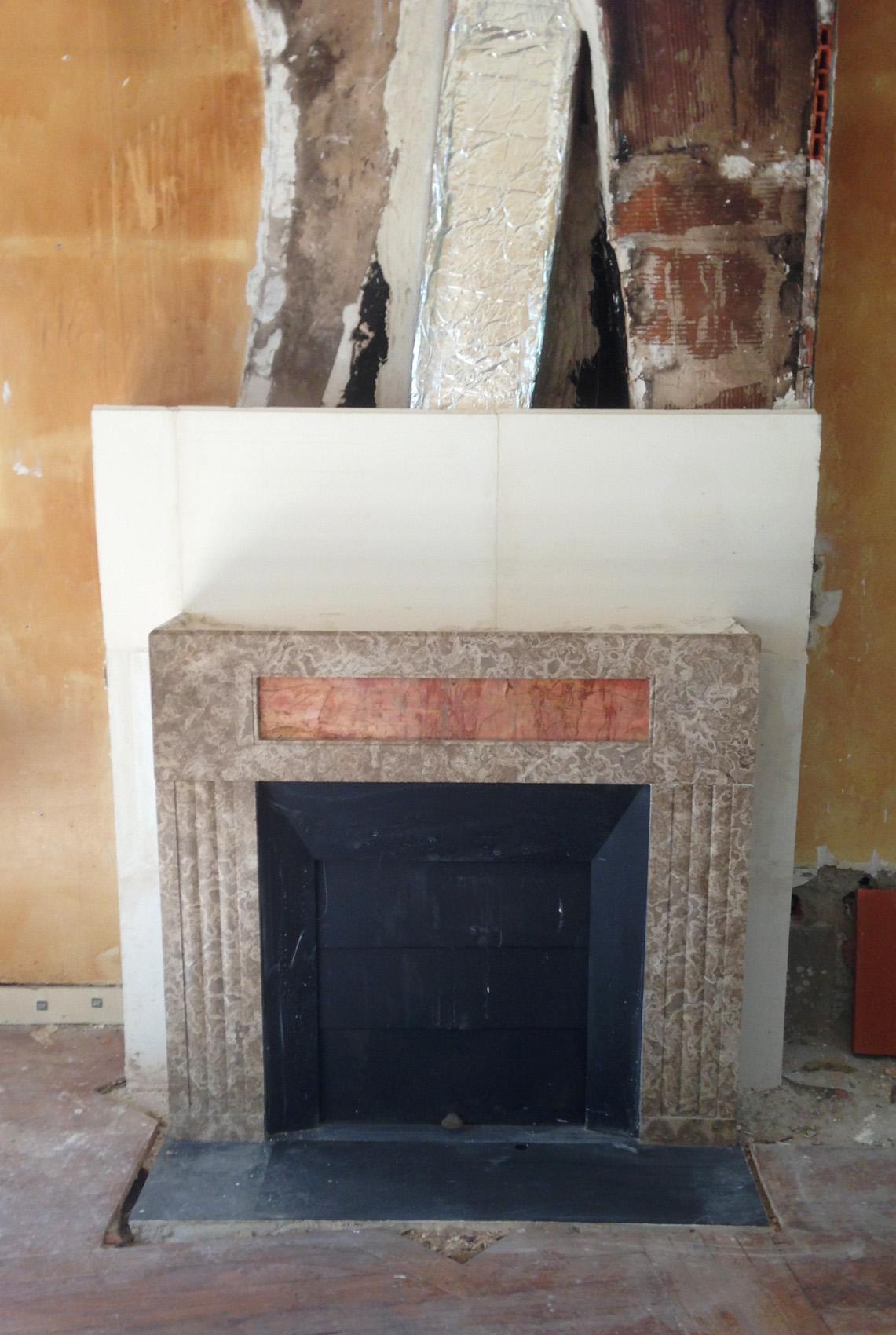 Pose d une chemin e art d co en marbre dans la r gion de for Pose insert cheminee normes