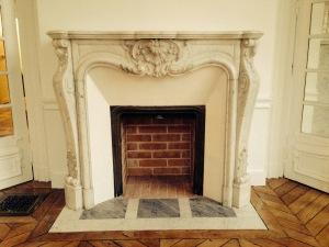 Installation d'une cheminée de style Louis XV en marbre