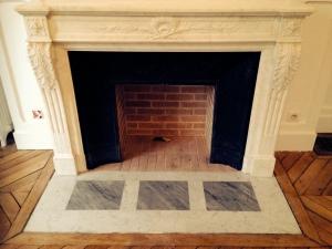 Installation de cheminée ancienne en marbre de Style Louis XVI