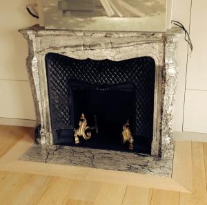 Pose de cheminée à Paris. Modèle Pompadour avec intérieur en fonte