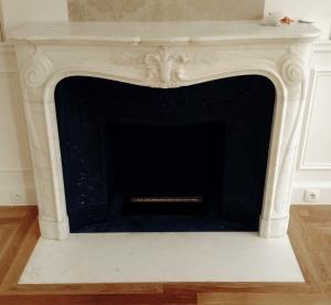 Pose de cheminée de style Régence en marbre de Carrare.