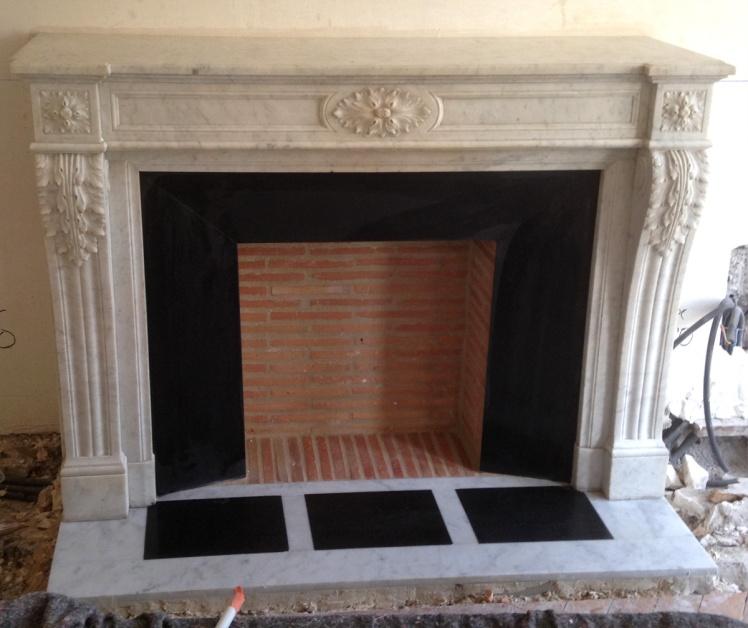 Installation d'une cheminée de style Louis XVI en marbre