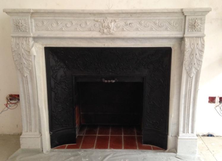Très belle cheminée ancienne de style Louis XVI en marbre de Carrare installée dans Paris.