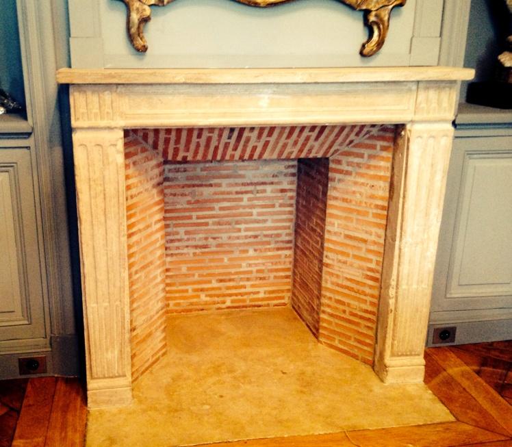 Installation d'une cheminée d'époque Louis XVI en pierre