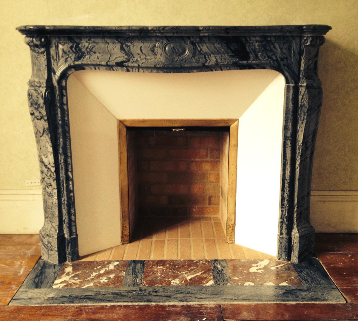 pose d une chemin e pompadour en marbre bleu fleuri le plaisir du feu. Black Bedroom Furniture Sets. Home Design Ideas
