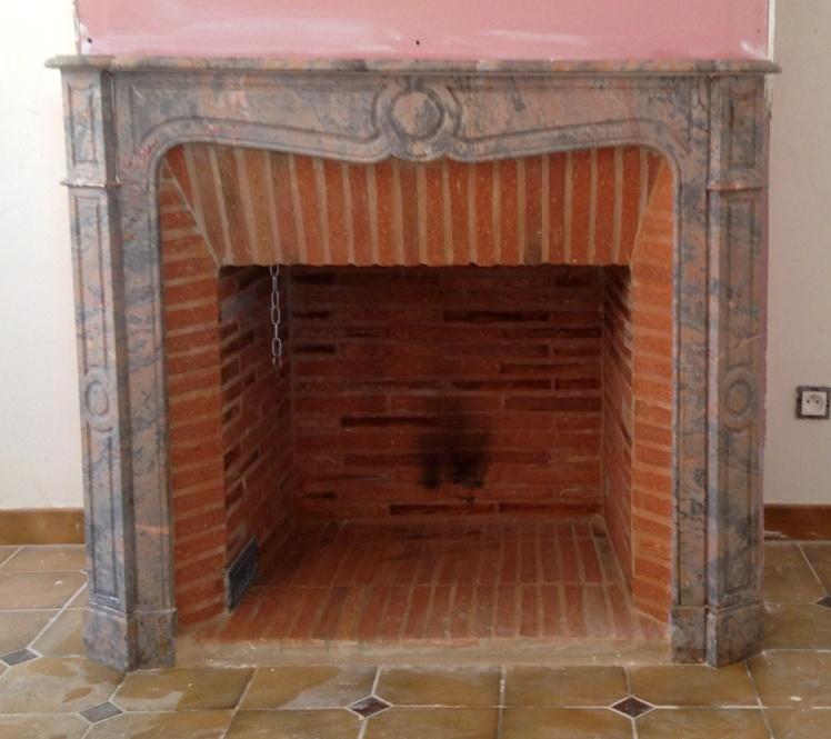 Pose d'une cheminée Pompadour en marbre avec intérieur en briquettes