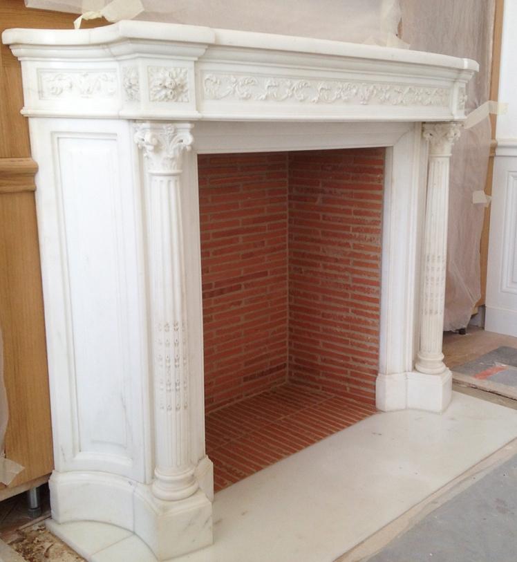 Une exceptionnelle cheminée ancienne en marbre Statuaire installée à Versailles