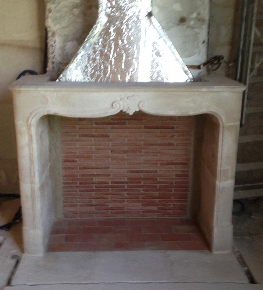 installation d une chemin e en pierre louis xv dans paris le plaisir du feu. Black Bedroom Furniture Sets. Home Design Ideas