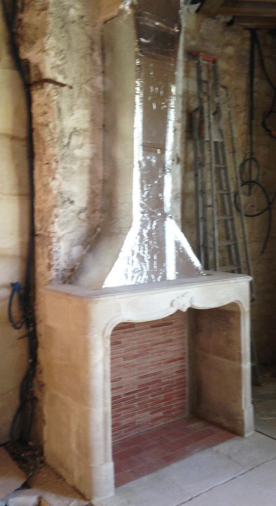 Installation d'une cheminée en pierre Louis XV à Paris.