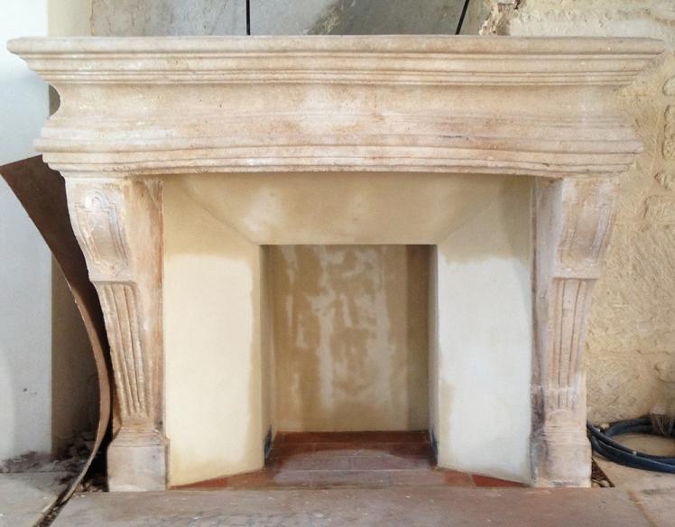 Grande cheminée à foyer ouvert avec intérieur à la chaux
