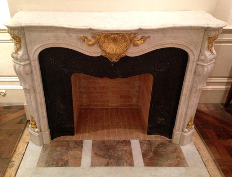 Cheminée de style Louis XV en marbre et bronzes dorés